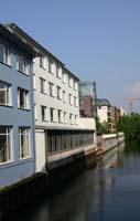 Häuser und Büros am Kanal