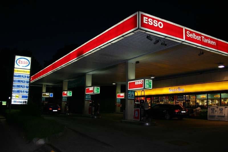 Esso Tankstelle Winterhude. Nachts Bier, Pizza, Eis und Benzin